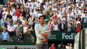 Nadal abraza emocionado su novena Copa de los Mosqueteros. / Foto: Roland Garros.
