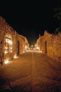 Las velas iluminan las calles de Pedraza.