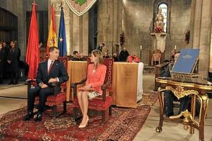 Don Felipe y Doña Letizia han acudido al homenaje a los Reyes de Navarra.