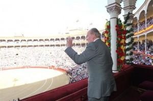 Don Juan Carlos saluda desde el palco.