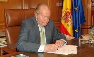 El Rey firma su abdicación. / Foto: Casa Real