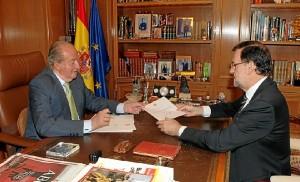 Don Juan Carlos entrega al Presidente del Gobierno el documento en el que comunica su decisión de abdicar la Corona. / Foto: Casa Real