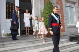Salida de los Reyes junto a sus hijas del Palacio de la Zarzuela.
