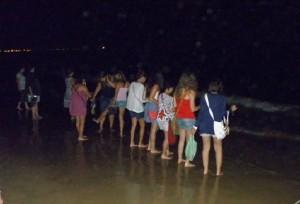 Pasadas las doce de la noche es tradicional mojarse los pies en la playa.