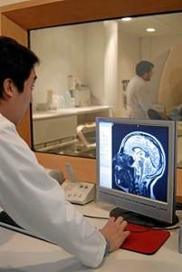 investigadores tratando un paciento con alzheimer