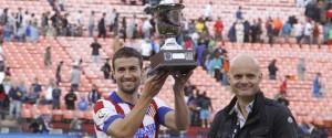 Gabi levanta el trofeo que acredita la segunda victoria rojiblanca en el torneo.