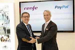 El presidente de Renfe junto al director de Paypal estrechan la mano formalizando su acuerdo