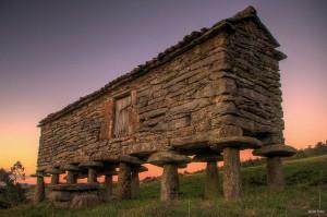El hórreo servía como lugar del almacenaje de productos agrícolas. / Foto:  Javier Pais.