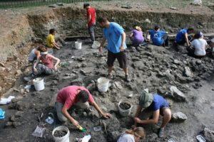 Arqueólogos trabajando en la excavación.