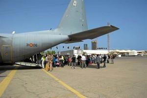 Ministerio de defensa trasladando a ciudadanos en una foto de archivo