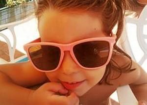 chica utilizando gafas de sol