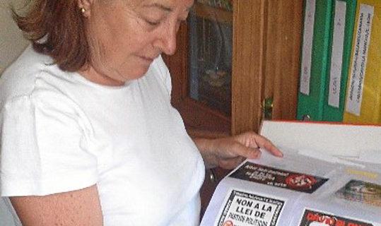 Cinta González, una de las mayores coleccionistas de pegatinas políticas de España