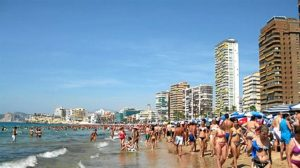 Playa abarrotada de turistas