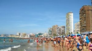 Playa española repleta de bañistas