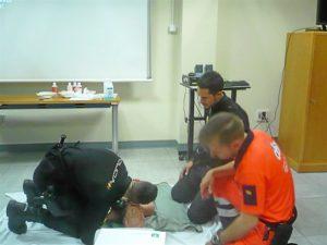 Policia Nacional practicando primeros auxilios en una foto de archivo
