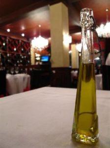 El aceite de oliva tiene un papel fundamental en la dieta.