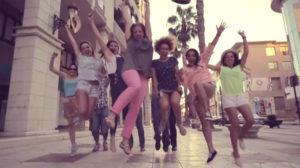 Los alumnos saltan felices al final del vídeo.