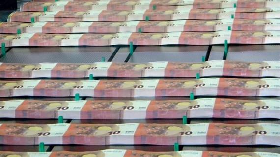 El Tesoro coloca 4.110 millones de euros en letras por encima del máximo y a tipos más bajos