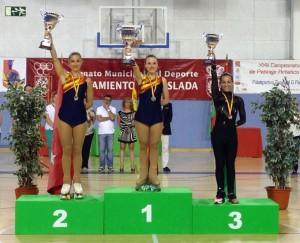 Julia Ventura alza su galardón. / Foto: Federación Española de Patinaje.