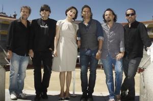Luz Casal junto al grupo Los Secretos.