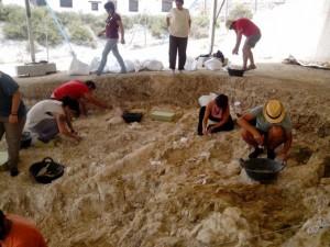 Preparando el dispositivo antes de iniciar las excavaciones. / Foto: Iphes.