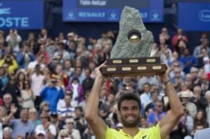 Andújar alza el trofeo logrado en Suiza. / Foto: www.creditagricolesuisseopengstaad.ch/