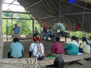 El español en un debate del territorio integral en el pueblo Kandozi, en el peruano río Chapuli.