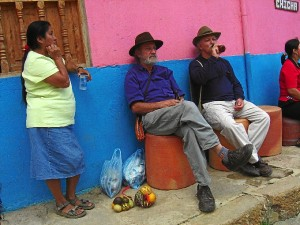 "García ""tomando cervecita"" con Efrain Jaramillo e Irma Tuesta en Ráquira, Colombia."