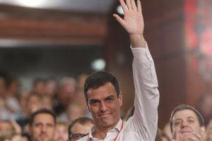 Sánchez saluda tras ser proclamado secretario general del PSOE. / Foto: PSOE