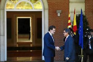 Rajoy y Mas estrechan sus manos a la llegada a Moncloa del presidente catalán. / Foto: Europa Press
