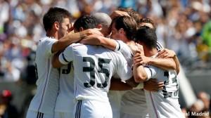 Los jugadores abrazan a Bale tras el tanto. / Foto: Real Madrid.