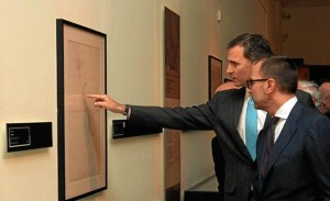Don Felipe recorrió la muestra junto al comisario de la exposición. / Foto: Casa Real.