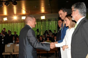 Los Reyes entregan el diploma a uno de los becados. / Foto: Casa Real