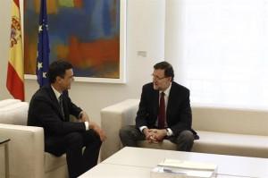 Pedro Sánchez y Mariano Rajoy charlan animadamente. / Foto: Europa Press