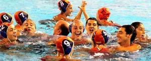 Jugadoras en el agua celebrando el primer oro de la historia del waterpolo español. / Foto: www.rfen.es