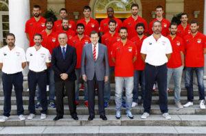 El presidente con el equipo nacional. / Foto: Moncloa