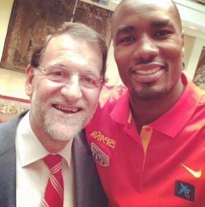 El jugador Serge Ibaka ha puesto la nota de color a la recepción haciéndose un selfie con Rajoy.