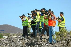 Grupo de spotters realizando fotografías una loma //foto: www.esacademic.com