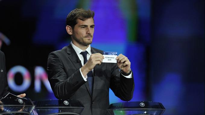 Iker saca el nombre del Barcelona FC en el sorteo. / Foto: es.uefa.com