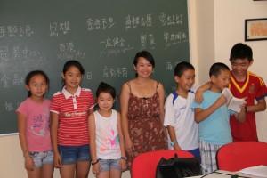 Duan Zhiling con algunos de sus alumnos.