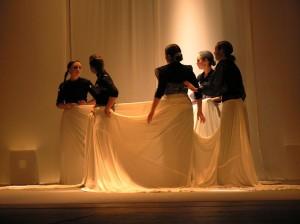 Alumnas de León representando 'La casa de Bernarda Alba', de Lorca.