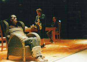 Atada a una silla en 'Pedazos rotos de algo', de Benito Escobar.