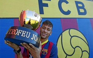 Trofeo Gamper sujetado por Neymar
