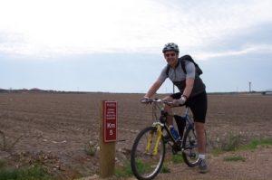 Un ciclista pasea por el Camino Vegas del Guadiana. / Foto: es.wikipedia.org