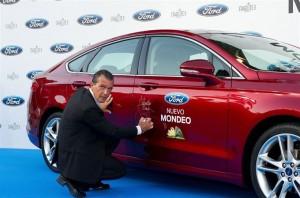 Antonio Banderas junto al nuevo Ford Mondeo. / Foto: Julio de la Fuente