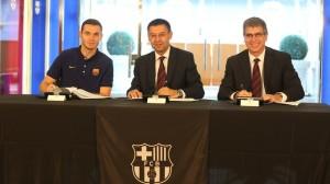 Vermaelen, con Bartomeu y Mestre, firmando su contrato / Foto: Miguel Ruiz - FCB