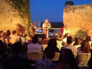 Los alcalareños pueden disfrutar de representaciones teatrales y cine de verano en la Torre Mocha. / Foto: @aytoguadaira