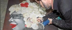 El artista elaborando una de sus creaciones. / Foto: Fundación Abel Matutes