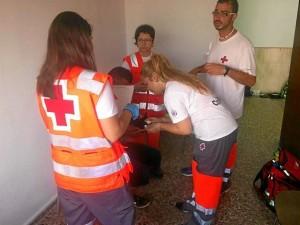 Sanitarios de Cruz Roja examinan a los inmigrantes. / Foto: Cruz Roja