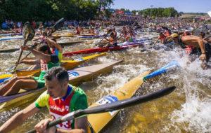 Centenares de personas se han subido a la piragua para realizar la bajada. / Foto: www.turismoasturias.es